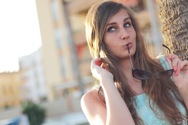 zamyšlená dívka