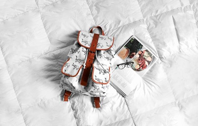 batoh na posteli